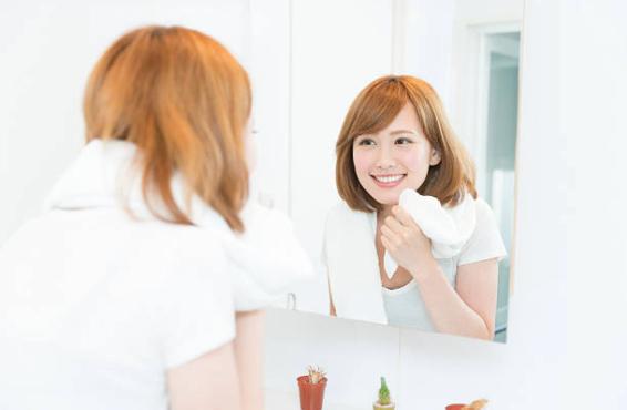 鏡 女性 笑顔のストックフォト_-_iStock